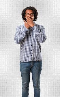 Knappe bedrijfs afrikaanse amerikaanse mens die mond, symbool van stilte en onderdrukking behandelen, die niets proberen te zeggen