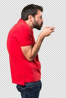 Knappe jonge man spelen van videogames