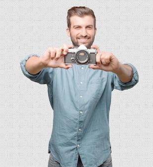 Knappe jonge mens die foto neemt