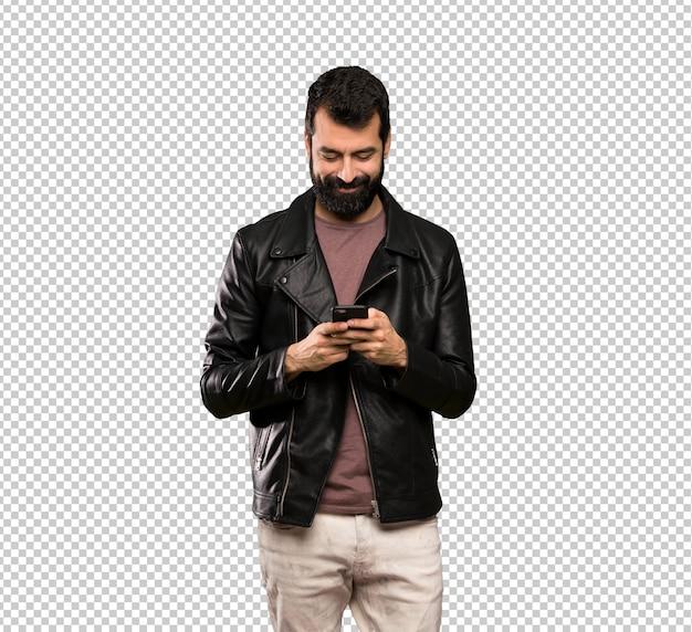 Knappe man met baard een bericht te sturen met de mobiel