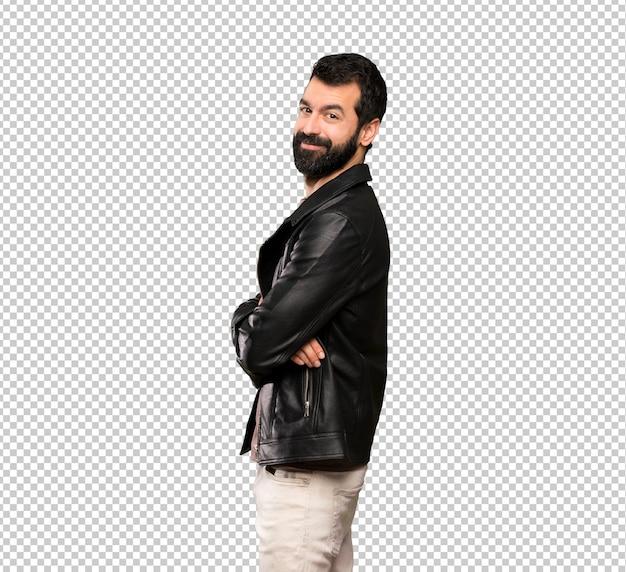 Knappe man met baard met armen gekruist en kijkt uit