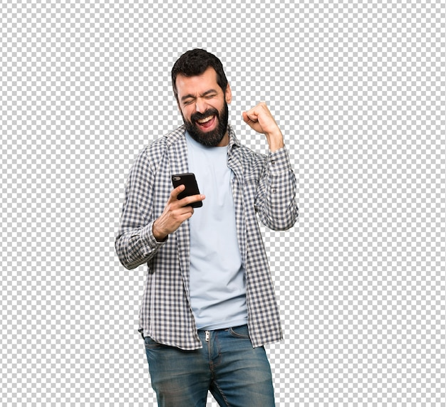 Knappe man met baard met telefoon in overwinningspositie