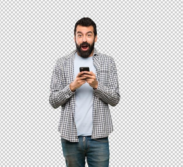 Knappe man met baard verrast en het verzenden van een bericht
