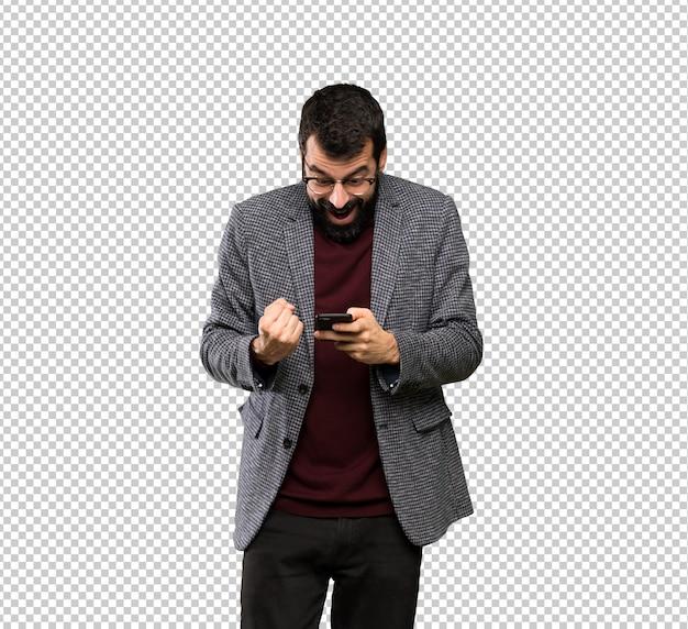 Knappe man met bril verrast en het verzenden van een bericht