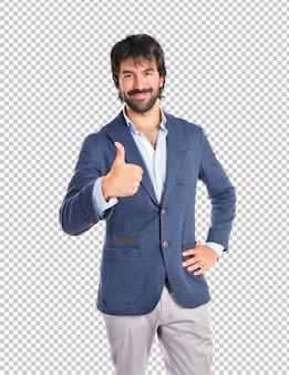 Knappe man met duim omhoog op witte achtergrond