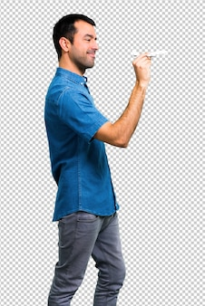 Knappe man met een blauw shirt met een speelgoedvliegtuig