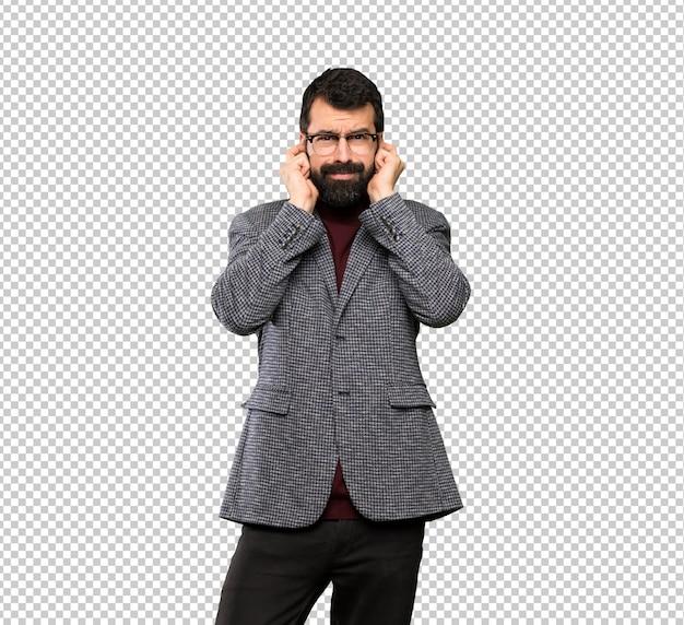 Knappe man met een bril gefrustreerd en die oren bedekken