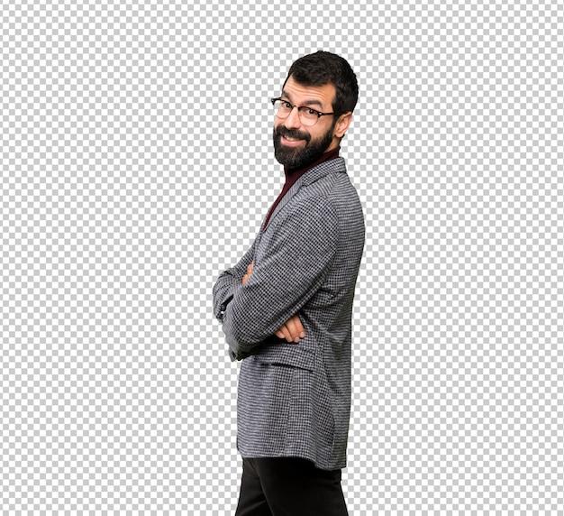 Knappe man met een bril met armen gekruist en kijkt uit