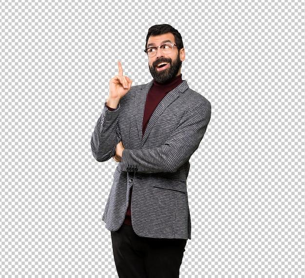 Knappe man met een bril met de bedoeling om de oplossing te realiseren tijdens het opheffen van een vinger