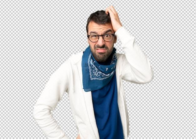 Knappe man met een bril met een uitdrukking van frustratie en niet begrijpen