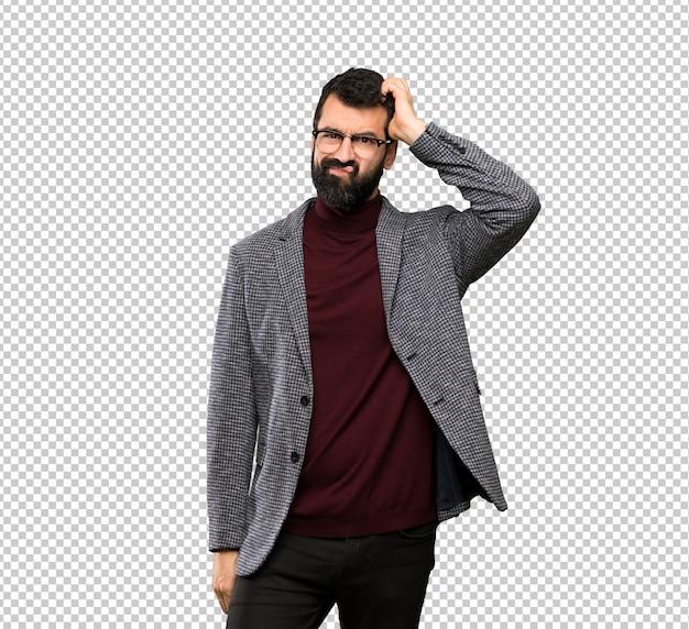 Knappe man met een bril met een uitdrukking van frustratie en niet begripvol