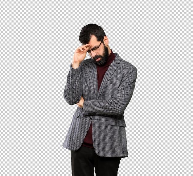 Knappe man met een bril met moe en zieke uitdrukking