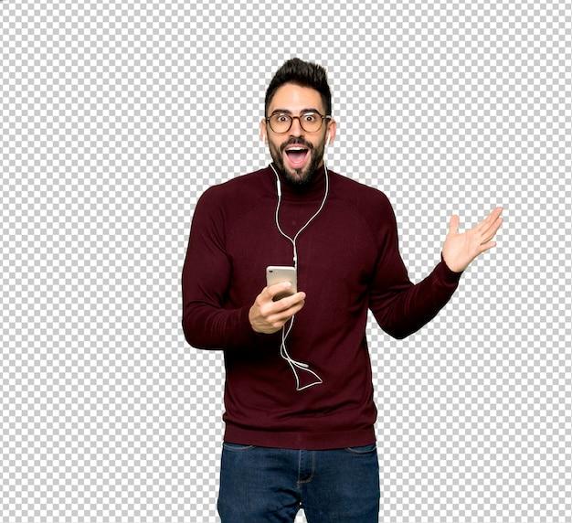 Knappe man met een bril verrast en het verzenden van een bericht