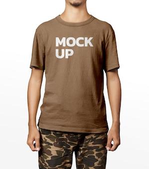 Knappe man shirt mockup mode