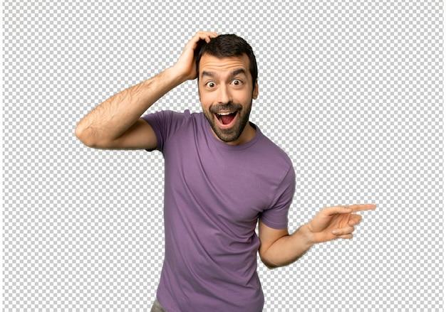 Knappe man wijzende vinger aan de zijkant en de presentatie van een product