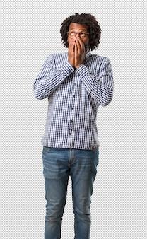 Knappe zakelijke afro-amerikaanse man erg bang en bang, wanhopig op zoek naar iets, huilt van lijden en open ogen, concept van waanzin