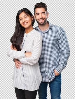 Koel paar dat op witte achtergrond glimlacht