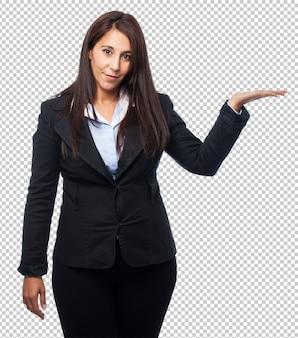 Koele bedrijfsvrouw die iets houdt