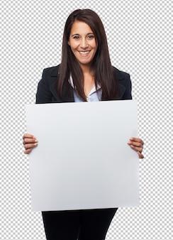 Koele bedrijfsvrouw met aanplakbiljet