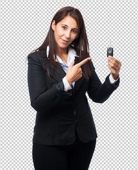 Koele bedrijfsvrouw met afstandsbedieningauto