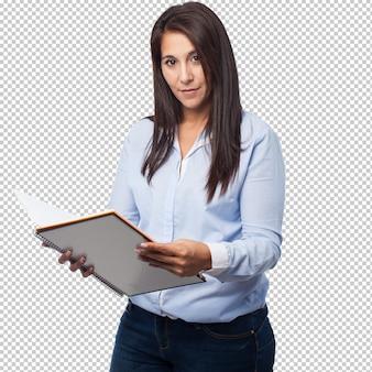 Koele bedrijfsvrouw met notitieboekje