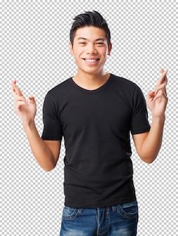 Koele chinees-man die vingers kruist