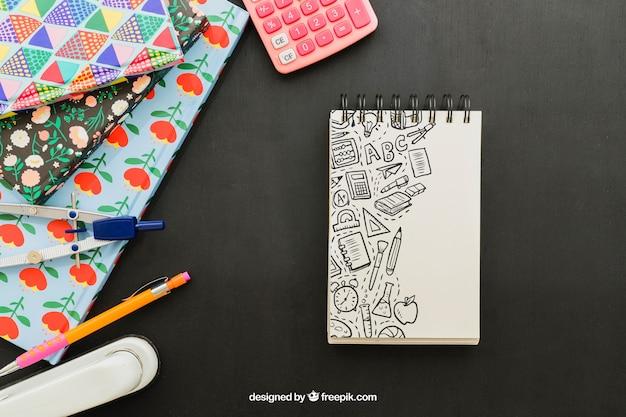 Koele compositie met notitieboekje en schoolmaterialen