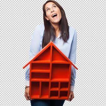 Koele jonge vrouw met huis