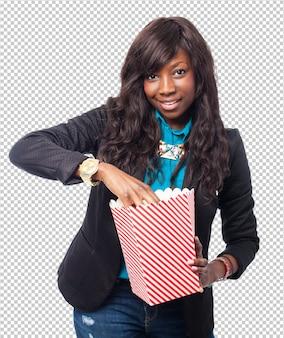 Koele zwarte vrouw met popcorn