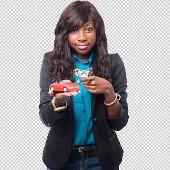 Koele zwarte vrouw met rode auto