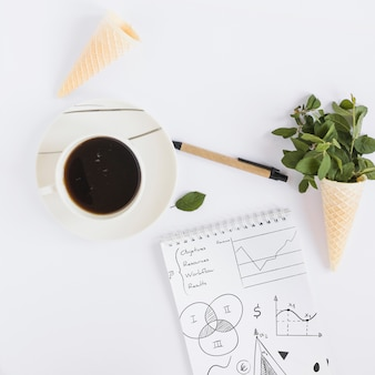 Koffie en notepad mockup met internet van dingen concept