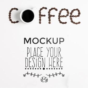 Koffie woord geschreven in koffiebonen mock-up