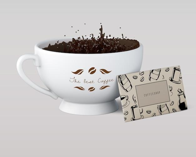 Koffiekop met vloeistof