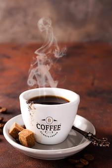 Koffiekopje en bruine suiker op bruine steen