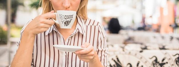 Koffiekopje mockup met vrouw