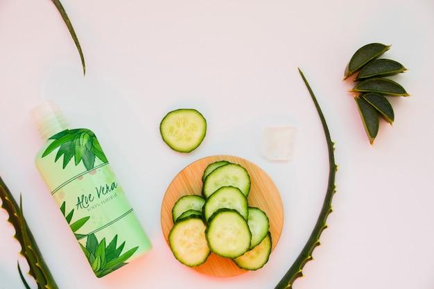 Komkommerplakken met lotionmodel
