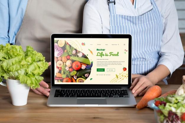 Koppel met gezond voedsel binnenshuis mock-up