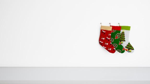 Kousen in verschillende ontwerpen die aan de muur hangen
