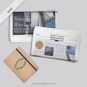 Krant mockups met een vitntage notebook