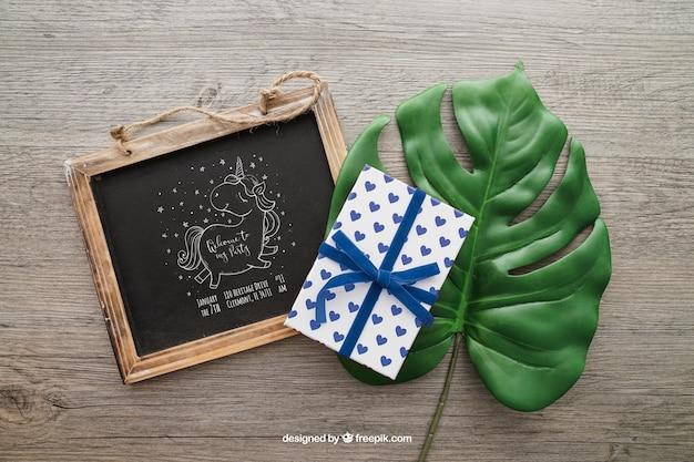 Krijtbord en cadeau doos op een blad