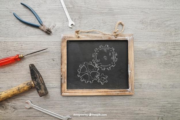 Krijtbord en gereedschap op houten textuur