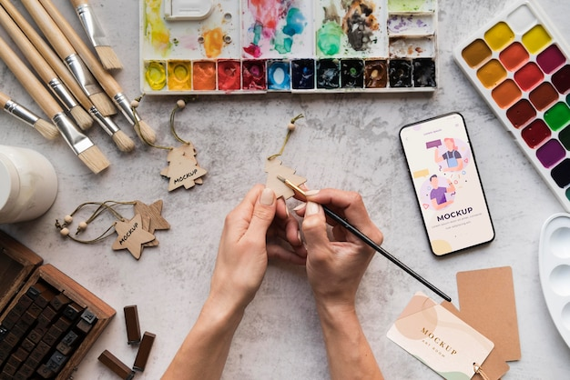 Kunstenaar die aan bureau schildert