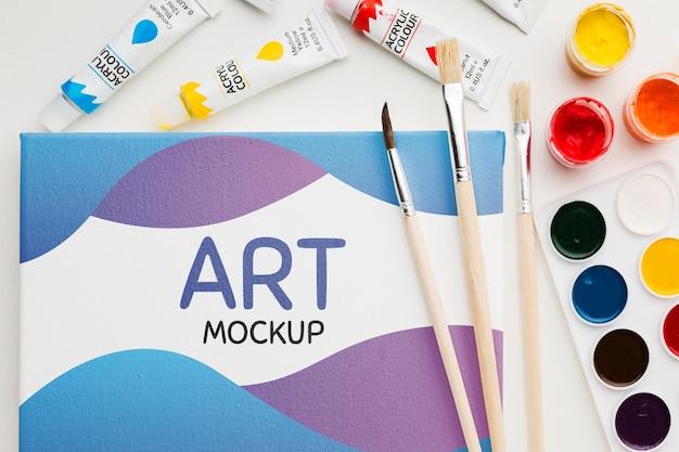 Kunstmodel met aquarellen boven weergave