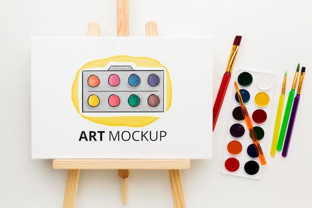 Kunstmodel met aquarellen bovenaanzicht