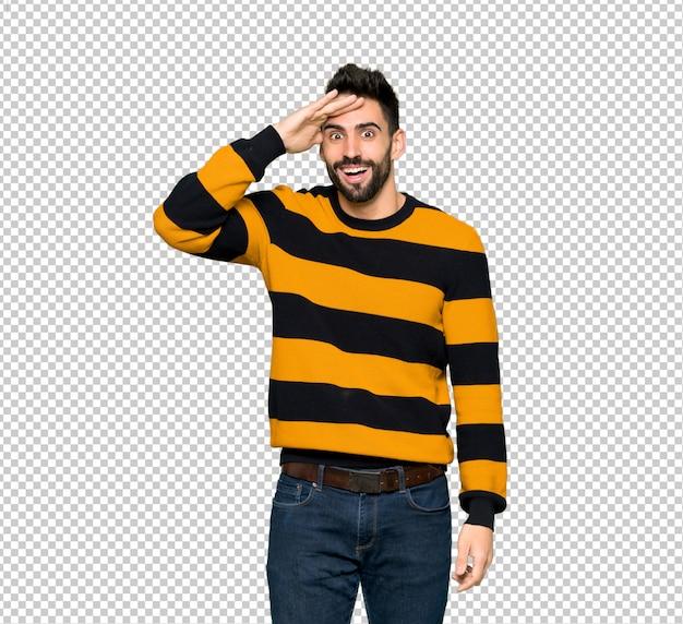 L'uomo bello con il maglione a righe ha appena realizzato qualcosa e ha intenzione di risolverlo