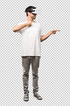 L'uomo con gli occhiali vr che punta il dito verso il lato