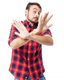 L'uomo con le mani davanti al corpo