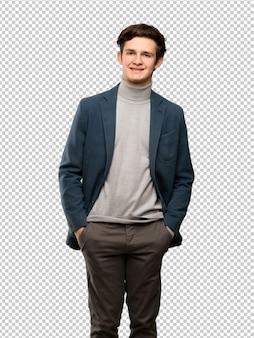 L'uomo dell'adolescente con il collo alto che ride che guarda alla parte anteriore