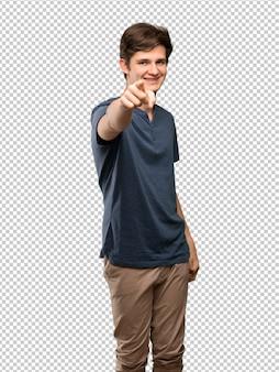 L'uomo dell'adolescente indica il dito con un'espressione sicura
