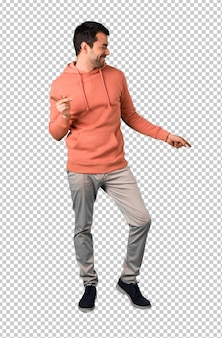 L'uomo in una felpa rosa si diverte a ballare mentre ascolta la musica ad una festa